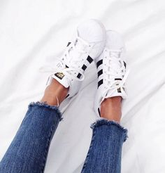 Black and White Adidas Classics and Hippie Style Finished Jeans Basket Adidas Superstar, Adidas Originals, Look 2015, Inspiration Mode, Running Shoes Nike, Running Sports, Adidas Women, What To Wear, Womens Fashion