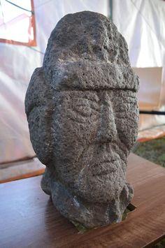 Moğolistan'da eski Türklere ait taş heykeller bulundu.  Moğolistan'da eski Türklere ait Şiveet Ulaan mozolesinde yürütülen kazı çalışmalarında taş heykeller bulundu. Uluslararası Türk Akademisi'nden (TWESCO) yapılan açıklamada, Moğol ve Kazak arkeologların, Şiveet Ulaan'daki kazılarda eski Türklere ait dokuz insan, dört hayvan heykelini keşfettiği belirtildi.