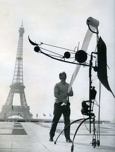 Jean Tinguely with Méta-Matic No. 17 in front of the Eiffel Tower, 1959. Photo byJohn R. Van.