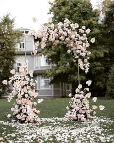 wedding arch The Biggest Wedding Trends 2019 We have collected 30 super hot wedding trends Bold colors, romantic flowers, fairy lighting and other lovely ideas in our gallery to inspire you. Wedding Arch Flowers, Wedding Ceremony Backdrop, Romantic Flowers, Wedding Ceremony Arch, White Flowers, Romantic Weddings, White Roses, Wedding Ceremony Pictures, Altar Flowers