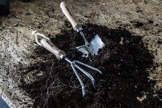Puuvartisilla puutarhanhoitovälineillä (14-670-14-677) saat työt tehtyä mukavasti.