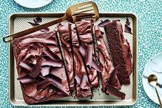Texas chocolate sheet cake with sour cream frosting - Recipes Texas Chocolate Sheet Cake, Chocolate Caramel Cake, Chocolate Torte, Chocolate Recipes, Cadbury Chocolate, Sour Cream Frosting, Sour Cream Cake, Frosting Recipes, Cake Recipes