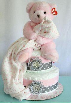 Rosa und graue Windeltorte von MckayCakesnCrafts on Etsy, … … - Baby Diy Pink and gray diaper cak Baby Cakes, Baby Shower Cakes, Baby Shower Diapers, Baby Shower Fun, Baby Shower Gifts, Baby Gifts, Baby Showers, Baby Shower Presents, Bricolage Baby Shower