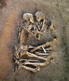 Gli Amanti di Valdaro, due scheletri del neolitico, un uomo e una donna, sono stati ritrovati nel 2007 dopo 6mila anni sotto terra, abbracciati, anche con gli arti inferiori