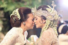 Mom and Bride's saying goodbye. Javanese Wedding, Indonesian Wedding, Malay Wedding, Tie The Knot Wedding, Wedding Make Up, Dream Wedding, Wedding Shoot, Wedding Ceremony, Wedding Venues