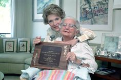 Nancy Reagan after presenting her mother Edie Davis with an award plaque for a lifetime of volunteer work at her Arizona elderly care home. 40th President, President Ronald Reagan, Presidents Wives, American Presidents, First Lady Of America, Award Plaques, Nancy Reagan, Ladies Club, Volunteer Work