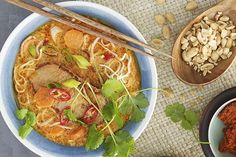 Nudelsuppe med red curry og kokos Wok, Thai Red Curry, Meal Planning, Chili, Meat, Chicken, Ethnic Recipes, Food Plan, Soups
