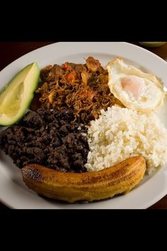 Another typical Venezuelan food is called Pabellon criollo: rice yellow banana stewed meat black beans avocado and egg or arepa. My Colombian Recipes, Colombian Food, Gourmet Recipes, Dinner Recipes, Healthy Recipes, Venezuelan Food, Venezuelan Recipes, Latin Food, Food Print