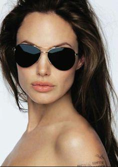 Angelina et son visage carré supportent parfaitement le modèle aviateur. Je pense d'ailleurs qu'elle l'a très bien compris parce qu'elle porte ce modèle depuis très longtemps. #sunglasses #morpho #summer