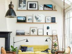 1-joli-salon-loft-sous-pente-sol-en-parquet-clair-canape-jaune-table-basse-industrielle