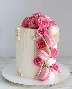 Siga nosso perfil @confeitaria_e_doceria_cursos . . Quer Aprender a fazer bolos deliciosos e ganhar até 5 mil reais todos os meses com ele… Bolo Macaron, Macaron Dessert, Bolo Floral, Floral Cake, Beautiful Birthday Cakes, Beautiful Cakes, Beautiful Cake Designs, Beautiful Flowers, Mini Cakes