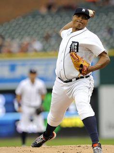 Tigers starting pitcher Alfredo Simon (31) pitches