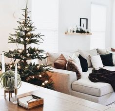 Looking for a way to infuse some casual elegance into your December design? Then look no further than these stunning examples of Scandinavian holiday decor! Simple Living Room, Home Living, Living Room Decor, Modern Living, Dining Room, Winter Home Decor, Winter House, Modern Christmas, Christmas Home