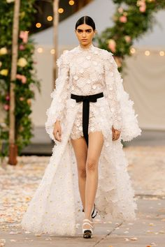 Chanel Spring 2021 Couture – Classy and fabulous way of living Haute Couture Looks, Style Couture, Haute Couture Fashion, Haute Couture Dresses, Chanel Couture, Primavera Chanel, Couture Week, Fashion Week, Runway Fashion