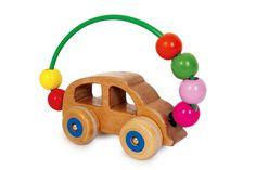 Motorikauto. Im schlichten Design schult dieses Auto nicht nur die Motorik, sondern bringt durch die angebrachten Rollen auch noch den gewissen Fahrspaß mit. Die bunten Kugeln setzen ein farbenfrohes Detail. Aufgrund der Form ist es außerdem für die Kinderhände gut anzufassen. Maße des Holzspielzeugs: ca. 19 x 6,5 x 12,5