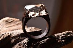 Anéis Secret Wood, produzidos à mão, são feitos de madeira, resina e cera de abelha;
