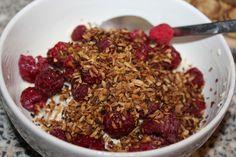 Bei Jenny gab es ein fruchtiges Sommerfrühstück: den Klassiker Sojajoghurt mit Amaranth und Himbeeren, morgens noch schnell aufgetaut.