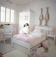 Cute furniture arrangement for girls bedroom