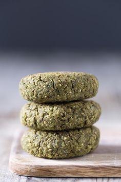 El falafel de lentejas está aún más rico que el de garbanzos. Es una receta más jugosa y digestiva porque las lentejas están previamente cocinadas.