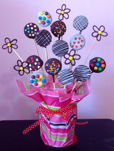 Beautiful arrangement of chocolates Food Bouquet, Candy Bouquet, Chocolate Lollipops, Chocolate Covered Oreos, Chocolate Bouquet, Chocolate Tarts, Kolaci I Torte, Oreo Pops, Cookie Pops
