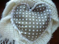 Participation Chloé31 #Enfant    Bonjour,  J'ai 15 ans et voici le cadeau que j'ai fabriqué pour ma mère : une bouillotte sèche remplie de riz en forme de cœur en coton sur laquelle j'ai fait une bordure en crochet que j'ai accroché tout autour du cœur.    Il suffit de la passer au micro-onde pendant environ 1minute et elle garde très longtemps la chaleur. Idéale pour les grands froids qui continuent de durer et ma mère très frileuse !  Une preuve d'amour qui me tarde de lui offrir !