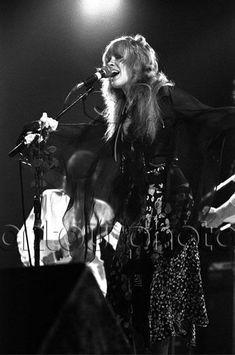 Stevie Nicks with Fleetwood Mac at Great Western Forum, Inglewood, CA, Look Vintage, Vintage Ladies, Buckingham Nicks, Lindsey Buckingham, Stevie Nicks Fleetwood Mac, Great Western, Her Music, Cool Bands, Rock And Roll