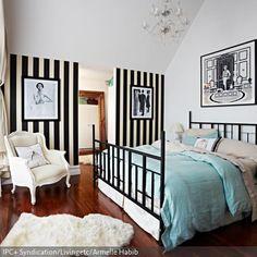 Wandgestaltung in Schwarz-Weiß ist sehr gewagt, in Kombination mit der passenden Einrichtung jedoch ein wahrer Hingucker! Das Schwarz spiegelt sich im Bettgestell…