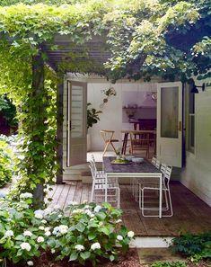10 cool and buoyant tricks: modern backyard garden backyard garden fence chain links. Stone Backyard, Modern Backyard, Outdoor Rooms, Outdoor Living, Outdoor Sheds, Indoor Outdoor, Jardin Style Shabby Chic, Gazebos, Garden Windows