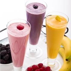 Fruit and protein smoothies. Not that a recipe is really needed in order to make a smoothie, but there were some interesting nutritional notes. Healthy Protein Breakfast, Breakfast Smoothie Recipes, Brunch Recipes, High Protein, Buy Protein, Power Breakfast, Breakfast Fruit, Protein Pancakes, Breakfast Ideas