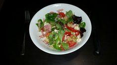 Un délice de variété : Une poignée de salade, 1 tomate, 4 blancs d'oeufs, 1 pomme de terre, 1 tranche de jambon, 1 filet d'huile d'olives