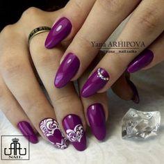 Маникюр фиолетового цвета с белым рисунком