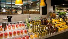juice bar or smoothie bar in small space Smoothie Bar, New Fruit, Fruit Juice, Fruit Smoothies, Fruit Tea, Fruit Drinks, Juice Cafe, Juice Bar Design, Juice Store