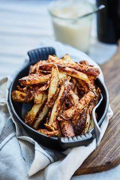 Findes der næsten noget bedre end sprøde, varme fritter med dyppelse til? I opskriften her drysses kartoflerne med hvidløg og parmesan, og så serverer vi en cremet omgang trøffelmayo til. Velbekomme!
