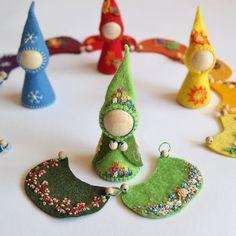 Kind Und Kegel, Kids Poems, Felt Fairy, Waldorf Dolls, Waldorf Crafts, Wooden Pegs, Cloak, Fabric Dolls, Felt Crafts