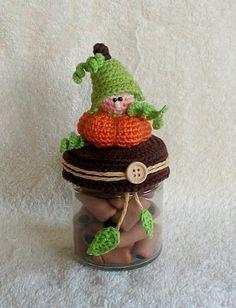 Häkelanleitung Mr Herbstchen / Dekobezug für Marmeladenglas/ Deckelbezug für Bonbonglas Crochet Gifts, Diy Crochet, Crochet Toys, Doll Patterns, Crochet Patterns, Crochet Jar Covers, Crochet Pumpkin, Halloween Crochet, Crochet Kitchen