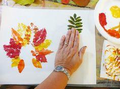 Blätter mit Farbe einpinseln und auf den Tonkarton stempeln