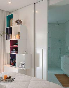 Paredes não estão mais em alta mesmo. Ficou linda essa porta de correr separando o banheiro do quarto..