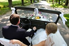 Super angle to show off the bride and groom escaping in a #Jeep 4x4!