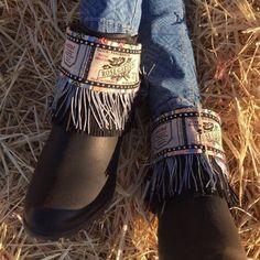Cubrebotas con tela de yute, cordón etnico, cinta negra con tachas, flecos de seda y antelina