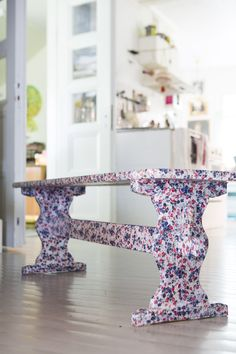 Päällystä penkki kukikkaalla kankaalla. Coat bench with flower cloth. | Unelmien Talo&Koti Kuva: Hanne Manelius Toimittaja: Ilona Pietiläinen