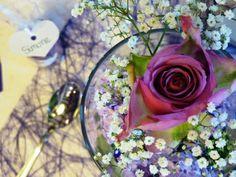 Blumendekorationen auf einer Konfirmationstafel