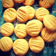 Melt in the mouth vanilla custard biscuits - just like Granny used to make! These cute little golden tinged biscuits may look pretty unassuming but they are absolutely wonderful in their simplicity. Custard Biscuits, Custard Cookies, Biscuit Cookies, Biscuit Recipe, Vanilla Biscuits, Easy Biscuits, Baking Biscuits, Anzac Biscuits, Buttery Cookies