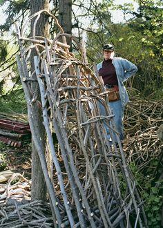 El autor con algunos de sus enrejados.  Construido con las vides y árboles jóvenes rescatados, cada uno es una construcción única.