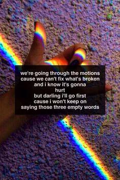 Estamos haciendo los movimientos porque no podemos arreglar lo que está roto y sé que va a doler pero cariño iré primero porque no seguiré diciendo esas tres palabras vacías.