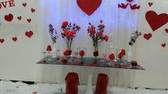 Feito com vasos em vidros transparente, rosas e velas artificiais usei tamb ém  Eva  com  gliter ; O legal do eva é que vc pode imprimir ima...