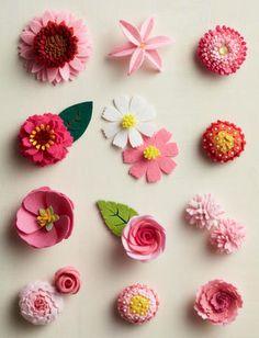 切りっぱなしで簡単! フェルトで作る立体的な花モチーフ | 講談社くらしの本 Diy Lace Ribbon Flowers, Fabric Flowers, Paper Flowers, Pom Pom Crafts, Flower Crafts, Felt Crafts, Felt Diy, Handmade Felt, Handmade Flowers