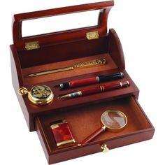ОФИСНЫЙ ОРГАНАЙЗЕР «БАНКИР»  Бизнес-органайзер – очень удобная и модная штука. В него можно положить все, что необходимо для работы, – ручку, лупу, нож для бумаг, визитки, скрепки и т. д. Выглядит органайзер очень солидно и респектабельно. Хотя, конечно, все новое – это хорошо забытое старое. И бизнес-органайзеры берут свое начало с дореволюционных настольных бюро, которые тогда были повсеместно. Офисный органайзер поставляется без настольных принадлежностей.  #vip #vippodarki #подаркоффру…