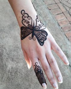 Doll up on rakshabandhan with pretty rakshabandhan mehndi designs that are apt for this festival! Here are 25 inspirations of Rakhi mehndi designs for Mehndi Designs Finger, Henna Tattoo Designs Simple, Mehndi Designs For Kids, Simple Arabic Mehndi Designs, Henna Art Designs, Mehndi Designs 2018, Mehndi Designs For Beginners, Mehndi Design Pictures, Mehndi Designs For Fingers