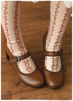 Vintage looking tights and brown mary-janes. Sock Shoes, Cute Shoes, Me Too Shoes, Vintage Shoes, Vintage Outfits, Vintage Fashion, Mori Girl, Floral Tights, Lolita Mode