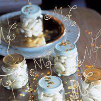 Des dragées présentées dans des petits pots pour bébé - Marie Claire Idées